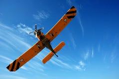 Klein vliegtuig in blauwe hemel Royalty-vrije Stock Foto's