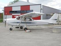 Klein vliegtuig dichtbij hangaar Stock Afbeelding
