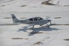 Klein vliegtuig die in de sneeuw tijdens de winter taxi?en stock foto