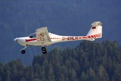 Klein vliegtuig die (Diamant DA20) landen Stock Afbeelding