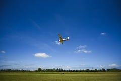Klein vliegtuig die op de blauwe hemel vliegen polen Stock Afbeeldingen