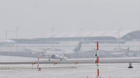 Klein vliegtuig die taxi op sneeuwbaan doen stock video