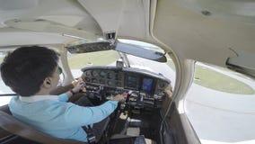 Klein vliegtuig die van cockpit landen stock video