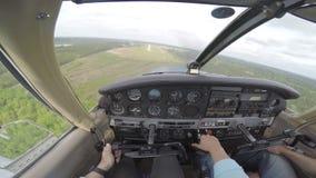 Klein vliegtuig die van cockpit landen stock footage