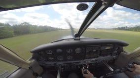 Klein vliegtuig die van cockpit landen stock videobeelden