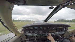 Klein vliegtuig die van cockpit van start gaan stock footage