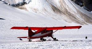 Klein vliegtuig die van een gletsjer van start gaan Royalty-vrije Stock Fotografie