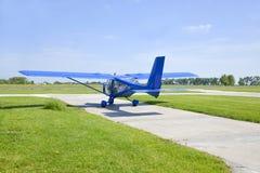 Klein vliegtuig die voorbereidingen treffen op te stijgen Royalty-vrije Stock Foto's