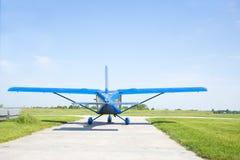 Klein vliegtuig die voorbereidingen treffen op te stijgen Stock Foto