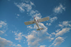 Klein vliegtuig op de hemel Stock Foto's