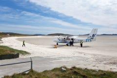 Klein vliegtuig op de zandige baan van Barra Airport Stock Fotografie