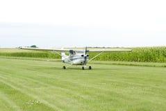 Klein vliegtuig op gebied Stock Foto