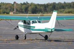 Klein vliegtuig op tarmac stock foto