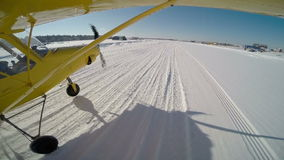Klein Vliegtuig takoff van sneeuwvluchteling Gopro van vleugel stock video