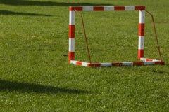 Klein voetbaldoel op een open gebied stock afbeelding