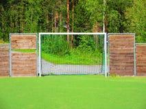 Klein voetbalgebied op een school in Valdres, Noorwegen royalty-vrije stock fotografie