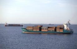 Klein vrachtschip op zee Royalty-vrije Stock Afbeeldingen
