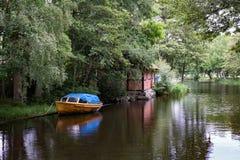 Klein waterkanaal voor bootverkeer in Zweden Stock Afbeeldingen