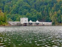 Klein waterreservoir met dam Royalty-vrije Stock Afbeeldingen