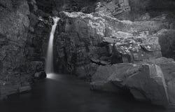 Klein watervallandschap met lange blootstelling in rivier Royalty-vrije Stock Afbeeldingen