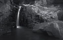 Klein watervallandschap met lange blootstelling in rivier Royalty-vrije Stock Foto