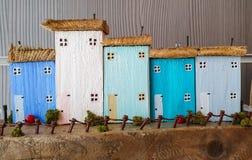 Klein weinig model dat met het concept het kopen van een nieuw familiehuis pronkt royalty-vrije stock afbeelding