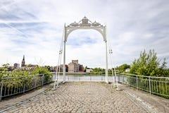 Klein Willebroek, België - Mei 22, 2019 - Overblijfselen van Van Enschodt overbrugt over de rivier Rupel royalty-vrije stock foto