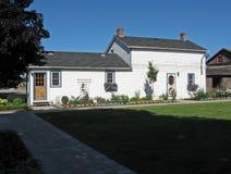 Klein wit huis Stock Afbeeldingen