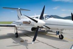 Klein wit passagiersvliegtuig Stock Foto