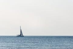 Klein wit schip in het overzees stock foto's