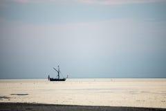 Klein wit schip in het overzees royalty-vrije stock afbeeldingen