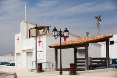 Klein ziekenhuis die op het strand voortbouwen Stock Foto