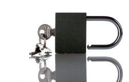 Klein zwart metaalslot met sleutels Royalty-vrije Stock Afbeeldingen