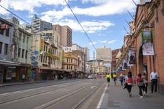 Kleinbahn an Sydney-` s Paddy ` s Märkten Die Sydney-Lichtschiene stockbilder