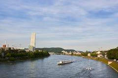 Kleinbasel全景与莱茵河、船和罗氏总部大厦的  免版税库存照片