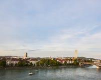Kleinbasel全景与莱茵河、船和罗氏总部大厦的  免版税库存图片