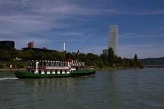 Kleinbasel全景与莱茵河、船和罗氏总部大厦的  库存图片