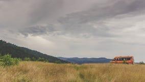 Kleinbus in den Karpatenbergen Stockbild