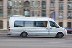 Kleinbus geht die Straße hinunter Stockfotografie