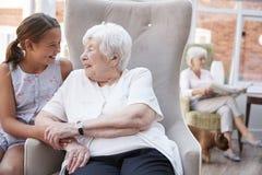 Kleindochter Bezoekende Grootmoeder in Pensioneringshuis stock fotografie