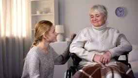 Kleindochter die gehandicapte oma, familiezorg en steun, het ziekenhuis bekijken stock afbeelding
