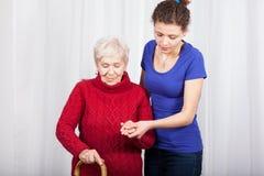 Kleindochter die grootmoeder helpen Stock Fotografie