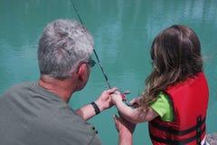 Kleindochter die met Opa vissen Royalty-vrije Stock Afbeelding