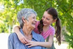 kleindochter en grootmoeder het glimlachen Stock Fotografie