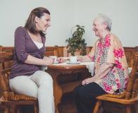 Kleindochter en grootmoeder het lachen Stock Afbeeldingen