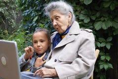 Kleindochter en haar grootmoeder stock foto