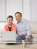 Kleindochter met grootmoeder en laptop Royalty-vrije Stock Afbeeldingen