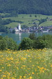 Kleine österreichische Stadt durch den See von Wolfgangsee Stockfotos