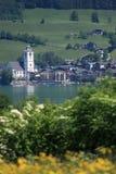 Kleine österreichische Stadt durch den See von Wolfgangsee Stockfotografie
