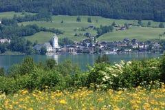 Kleine österreichische Stadt durch den See von Wolfgangsee Stockbilder